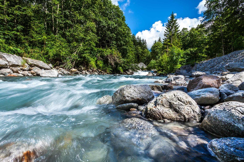 Bachlauf mit sauberem Wasser